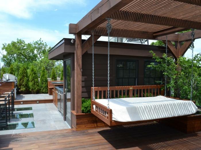 magnifique-suggestion-pergola-en-bois-avec-un-lit-balançoire-suspendu-de-la-toiture-veranda