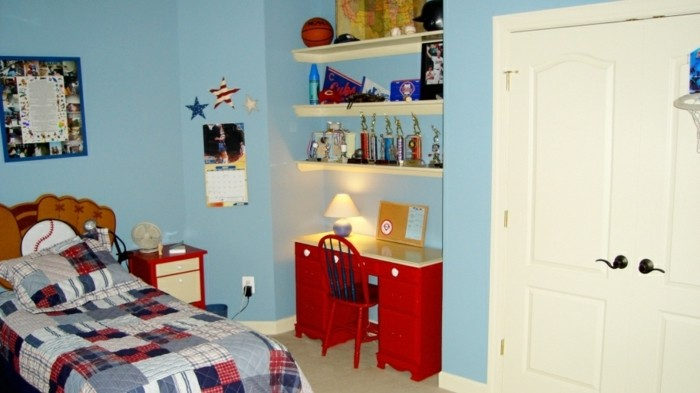 peinture-chambre-enfant-bleu-clair-idee-deco-chambre-garcon-bureau-étagères-des-accents-rouges