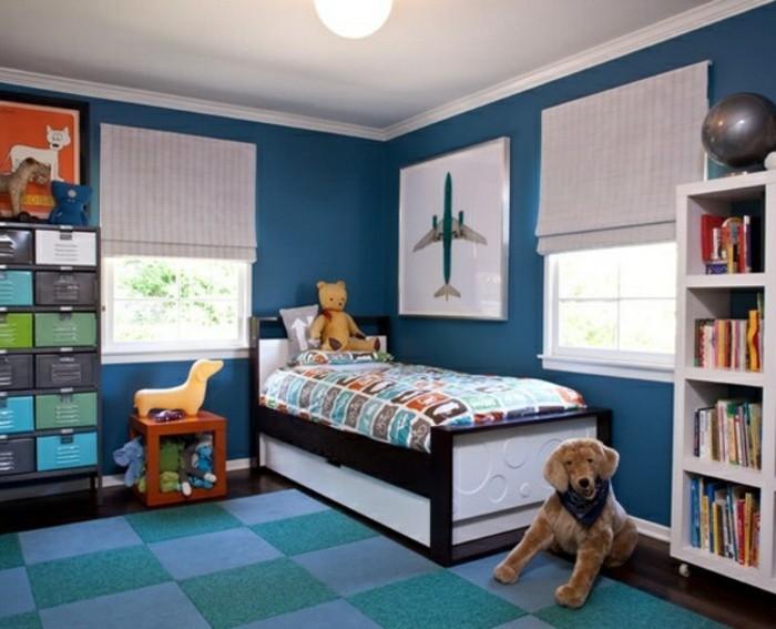 peinture-chambre-enfant-bleu-foncé-fantastique-idee-deco-chambre-garcon-tapis-en-bleu-et-vert-lit-en-noir-et-blanc-bibliothèque
