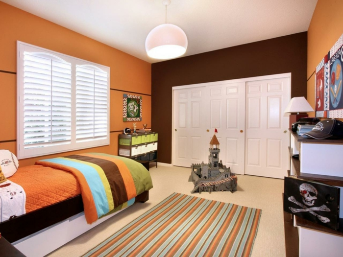 peinture-chambre-enfant-en-orange-et-marron-modele-chambre-personnalisée-deco-chambre-garçon