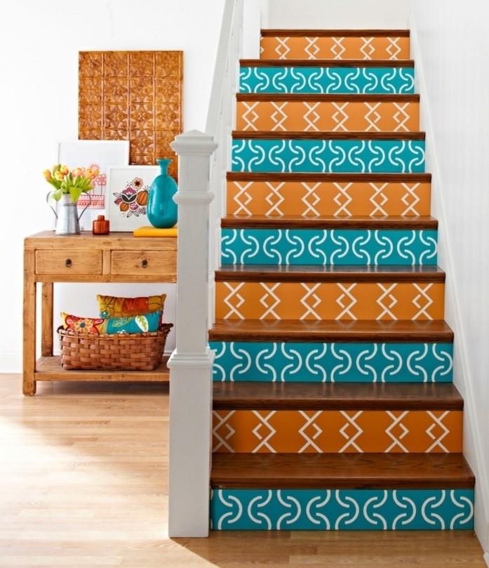 peinture-escalier-bois-deco-escalier-originale-à-motifs-géometriques-contremarches-à-couleurs différentes-ambiance-enjouée
