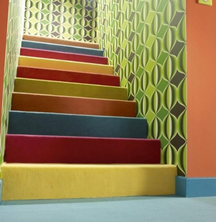 peinture-escalier-bois-en-différentes-couleurs-papier-peint-escalier-à-joli-motifs-en-vert-clair