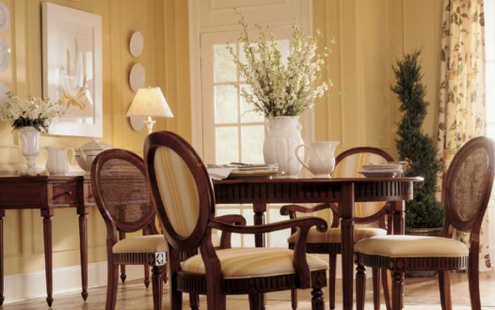 peinture-salle-à-manger-jaune-table-en-bois-chaises-en-bois-avec-tapisserie-jaune-décoration-composée-de-fleurs