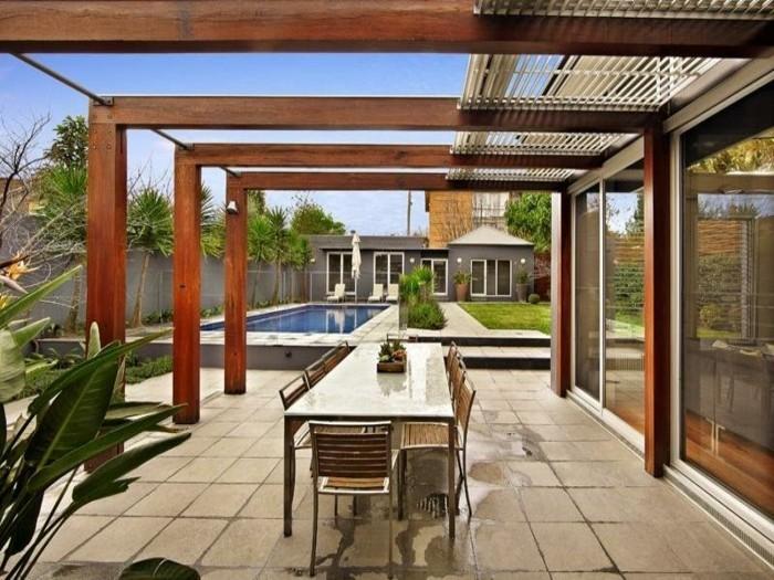 pergola-en-bois-adossée-à-une-maison-dans-un-style-contemporain