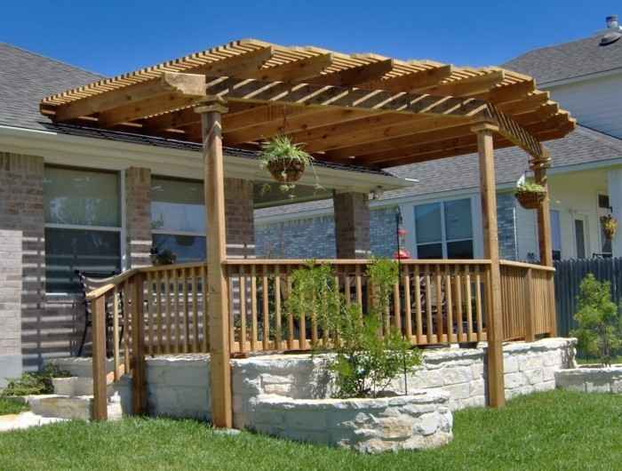 pergola-en-bois-adossée-à-une-maison-design-pergola-très-esthétique
