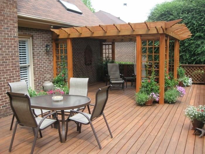 pergola-en-bois-adossée-à-une-maison-en-briques-jolies-chaises-déco-de-plantes-grimpantes