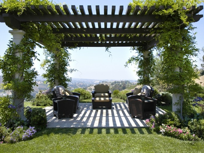 pergola-en-bois-design-traditionnel-toiture-en-bois-supportée-par-des-colonnes-en-pierre-une-pergole-envahie-d-une-plante-grimpante
