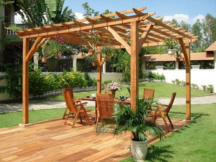 pergola-en-bois-qui-abrite-des-meubles-en-bois-pots-de-fleurs-suspendus