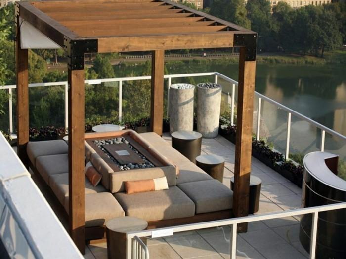 pergola-moderne-en-bois-installée-sur-le-toit-d-une-maison-contemporaine-pergola-de-luxe-sièges-confortables