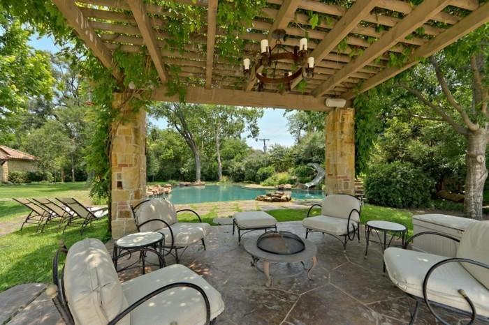 pergola-moderne-en-bois-qui-rehausse-la-beauté-du-paysage-tropical-un-abris-pour-un-espace-de-relaxation