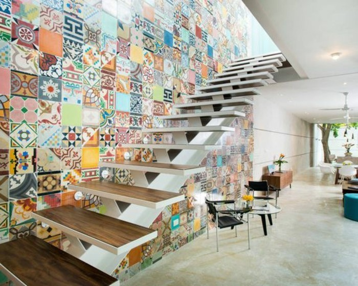 superbe-idee-renovation-escalier-mur-escalier-en-mosaique-multicolores