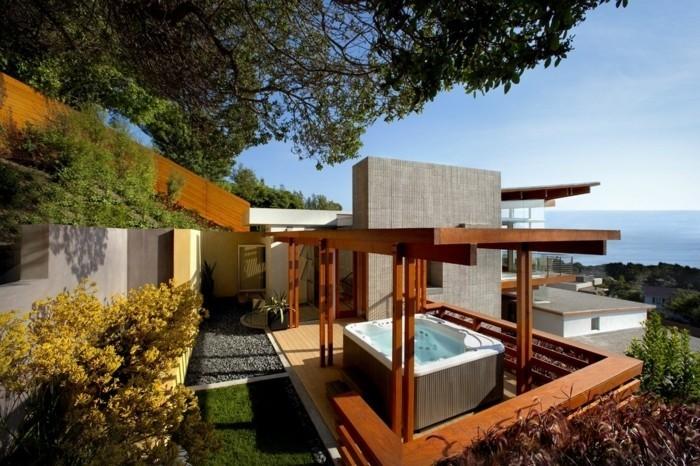 superbe-pergola-en-bois-autoportée-qui-accueille-un-coin-spa-une-vue-à-couper-le-souffle