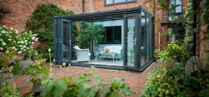 veranda-moderne-idée-petite-veranda-en-noir-deco-veranda-sobre-armature-en-aluminium-toit-veranda-en-verre