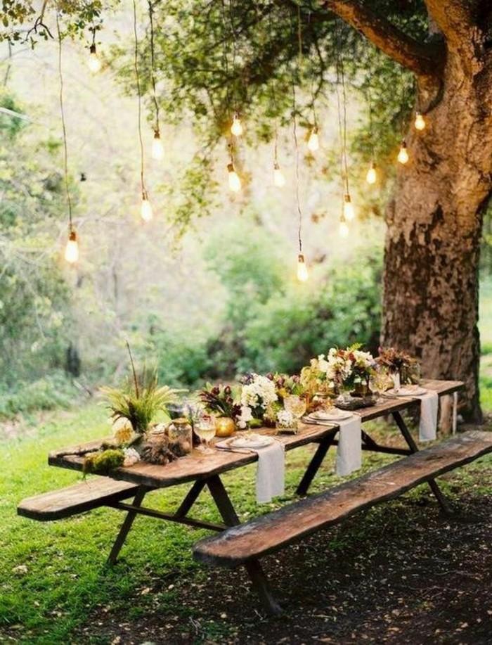 40-deco Disney dans le jardin. Une table servie.