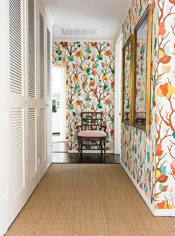 41-Papier peint couloir multicolore. Deux miroirs. Une chaise.