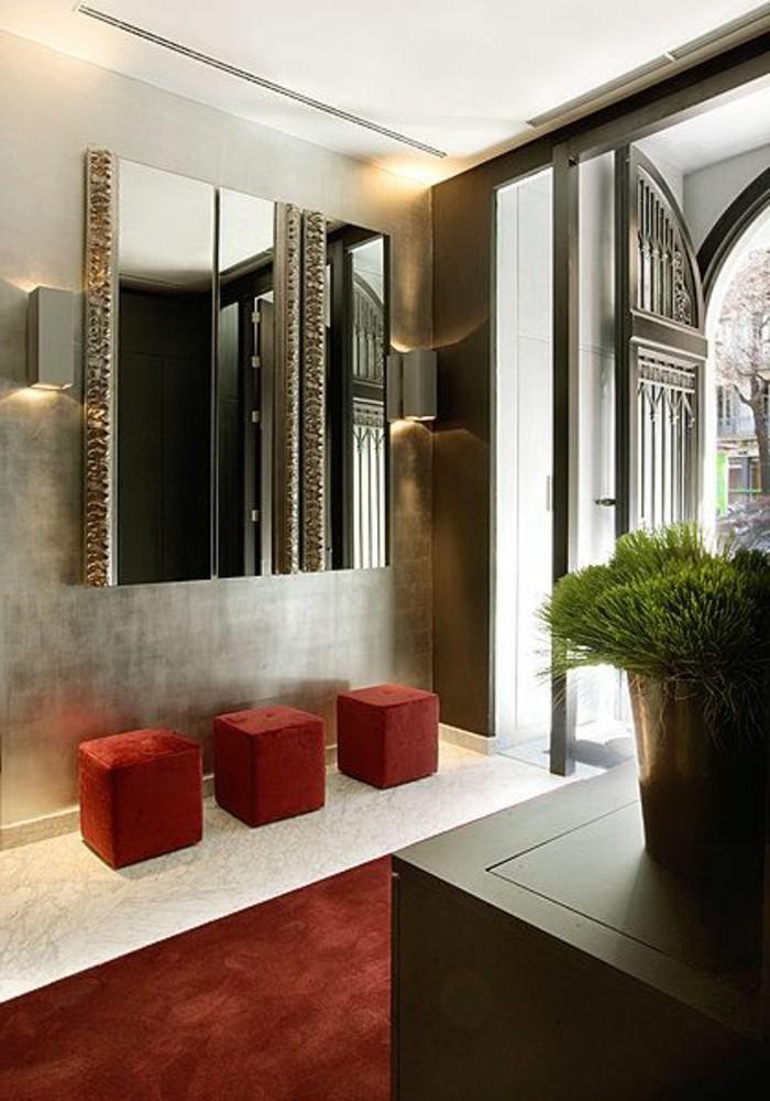 42-Papier peint couloir. Trois tabourets rouges