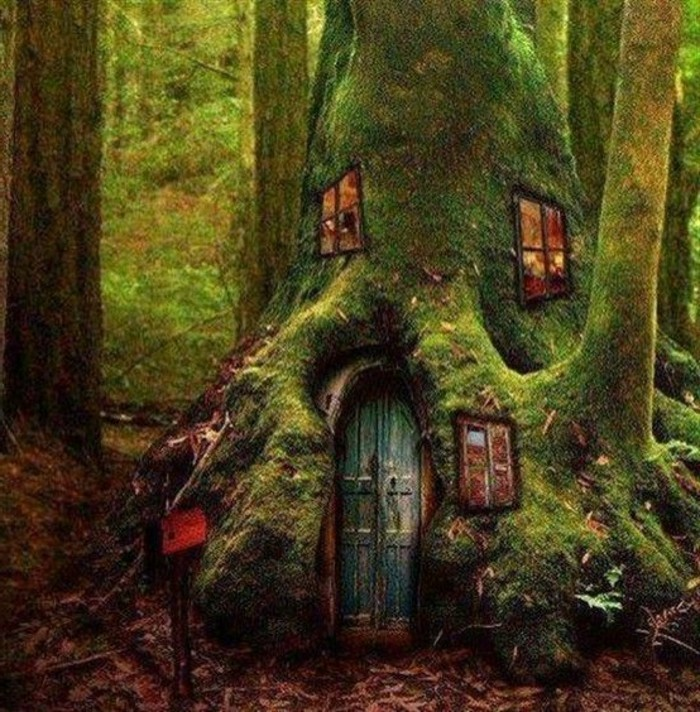 42-deco Disney dans le jardin. Une maison dans un arbre.