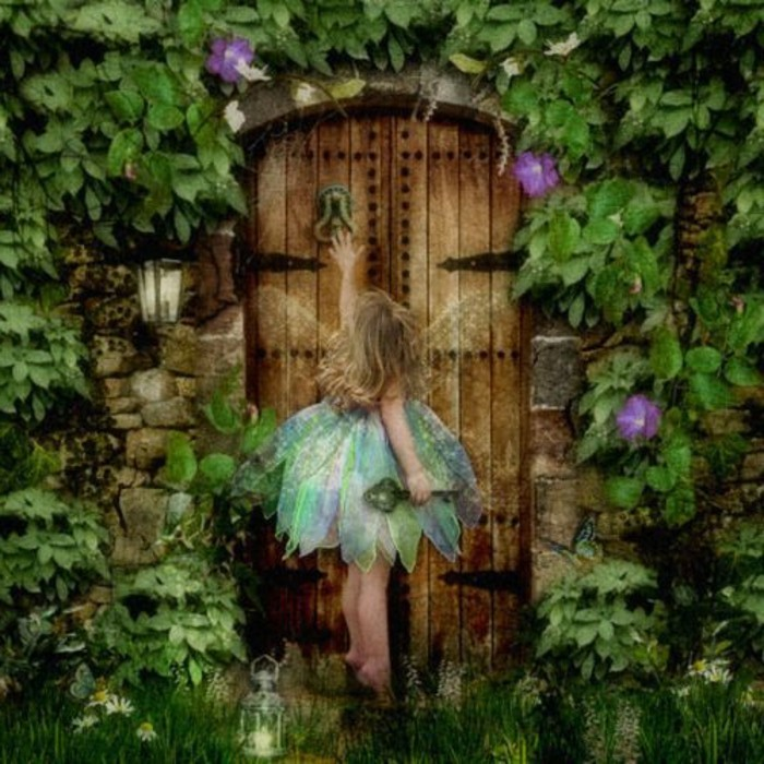 45-deco Disney dans le jardin. Une ange frappant sur une porte.