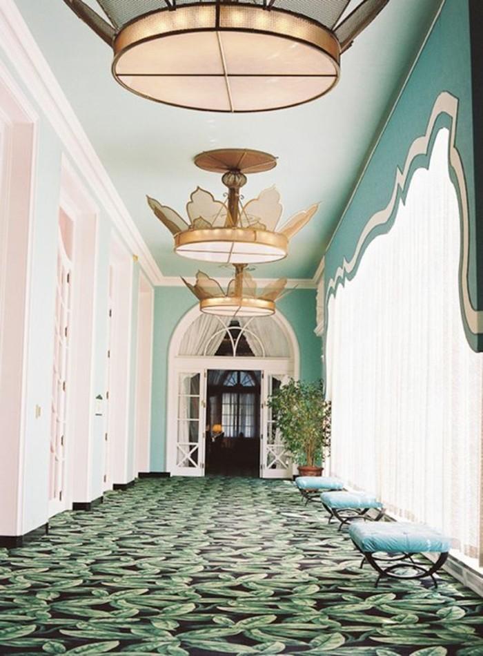 49-Papier peint couloir. Rideaux.