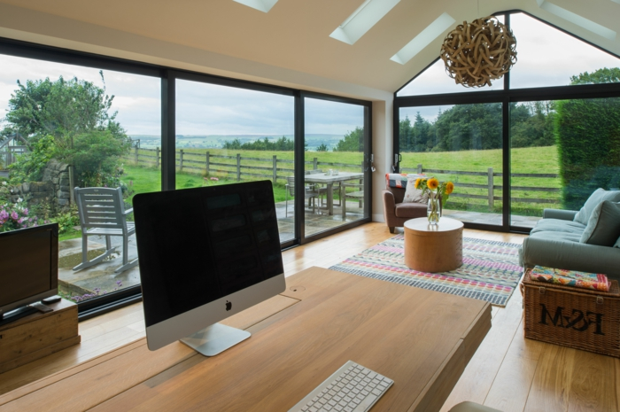 amenagement-veranda-en-bureau-plus-espace-détente-travailler-près-de-la-nature-possibilité-formidable