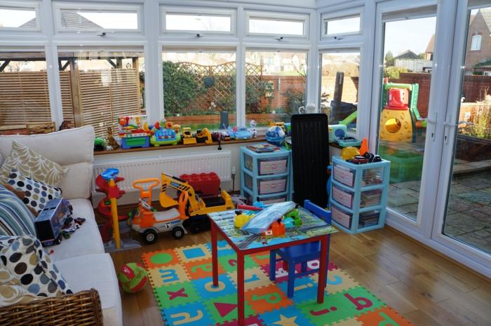 amenagement-veranda-en-salle-de-jeux-et-de-détente-le-lieu-parfait-pour-laisser-les-petits-s-amuser-tout-en-profitant-du-soleil