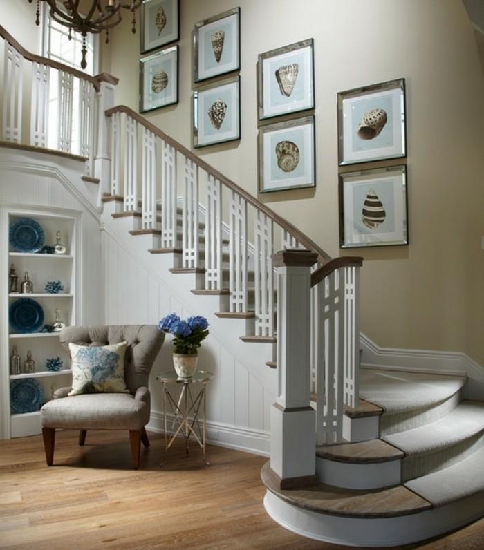 deco-escalier-avec-des-motifs-marins-peintures-posées-dans-de-jolies-cadres-escalier-bois