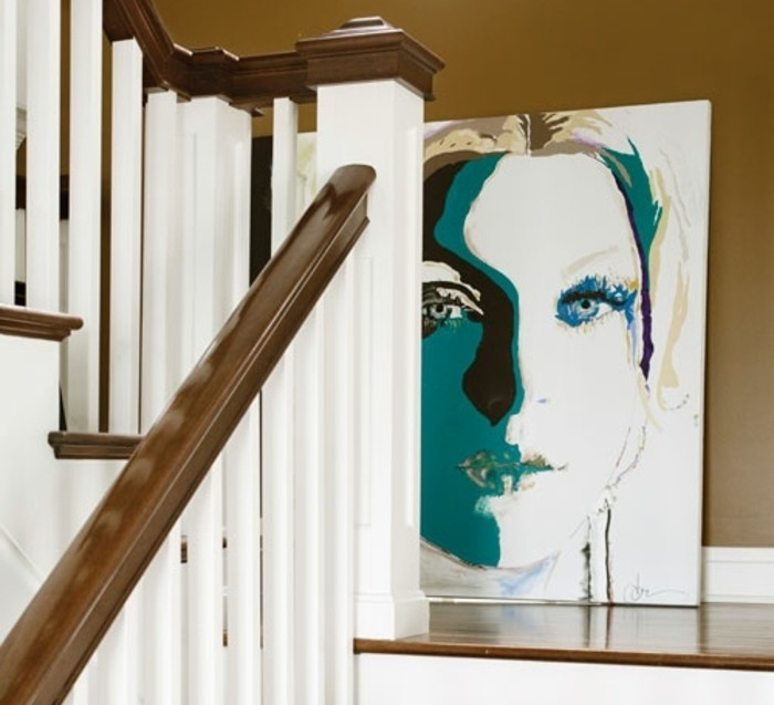 deco-escalier-avec-un-agéable-tableau-pop-art-qui-crée-un-point-focal-et-crée-un-contraste