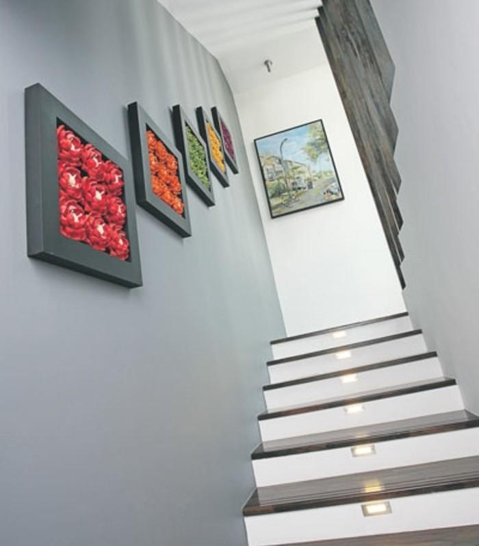 deco-escalier-murale-en-fleurs-posées-dans-cadres-idee-escalier-eclairage-LED-escalier-ambiance-cozy