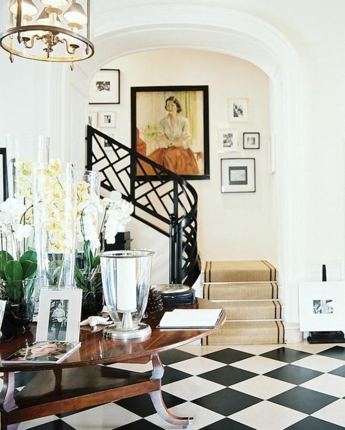 deco-escalier-stylée-déco-murale-composée-de-photos-et-un-portrait-qui-joue-le-rôle-de-point-focal-tapis-escalier-couleur-claire