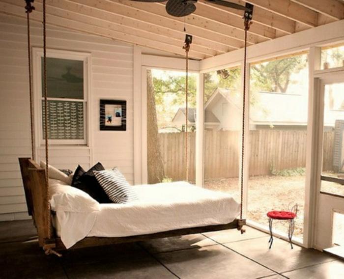 deco-veranda-aménagée-en-chambre-à-coucher-un-lit-suspendu-idée-géniale