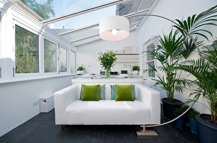 deco-veranda-en-blanc-avec-quelques-accents-verts-qui-apportent-de-la-couleur-veranda-améangée-en-bureau-lampe-design-intéressant-veranda-style-ultra-miderne