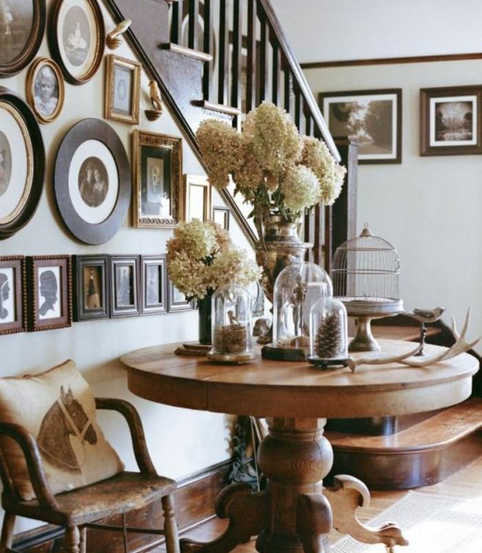 idee-deco-escalier-avec-des-photos-maison-style-chic