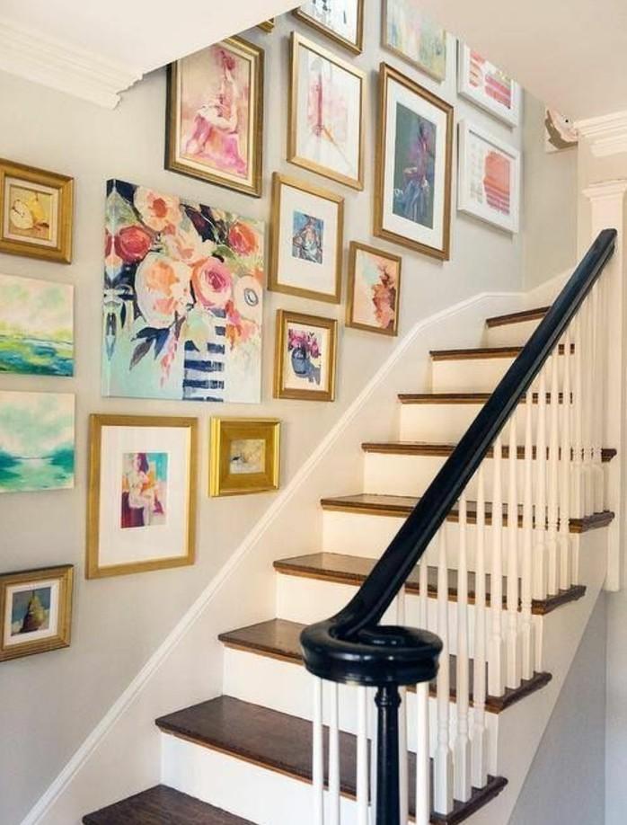idee-deco-escalier-avec-des-tableaux-très-jolis-déco-murale-abondante-une-véritable-galerie-d'art