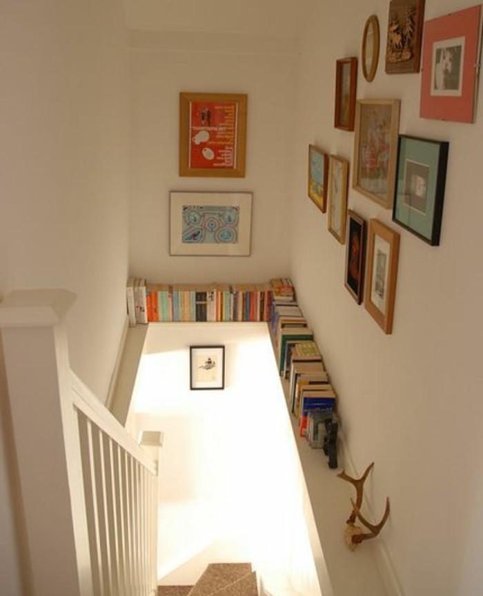 idee-deco-escalier-mur-escalier-décoré-de-photos-et-tableaux-étagère-à-livres