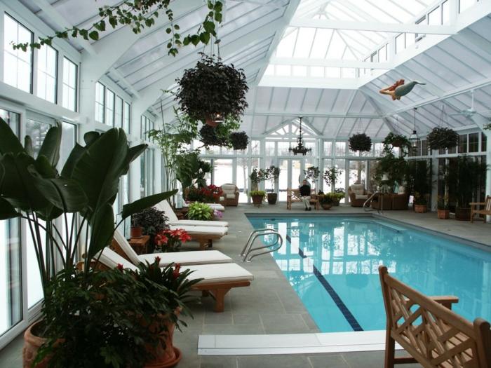idee-deco-veranda-jouant-le-rôle-d-un-abris-piscine-chaise-longues-en-bois-deco-fleurs