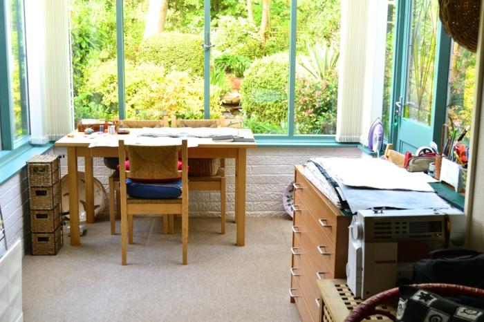 jolie-petite-véranda-aménagée-en-bureau-possibilité-de-travail-sans-stresse-près-de-la-nature