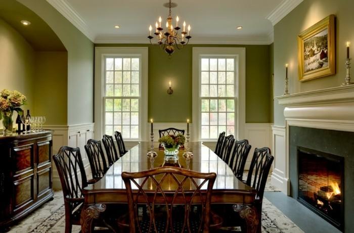 peinture-salle-à-manger-verte-pièce-spacieuse-lustre-somptueux-table-en-bois-massive-chaises-en-bois-design-intéressant-magnifique-cheminée-qui-apporte-la-sensation-de-chaleur