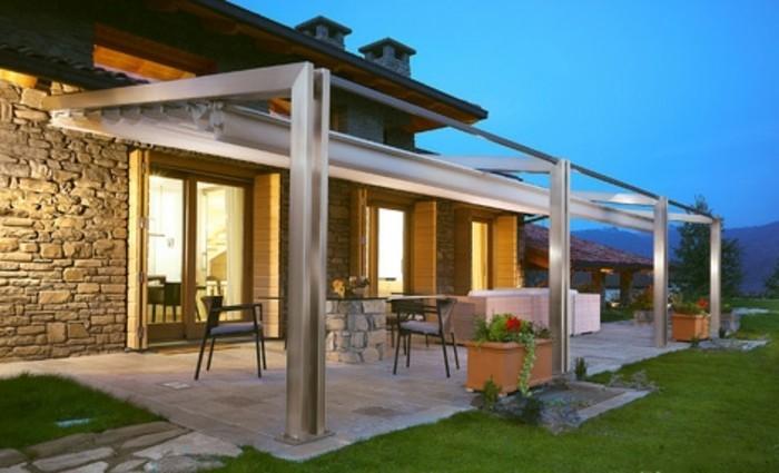 pergola-aluminium-adossée-à-une-maison-ultra-moderne-coin-repas-et-coin-spa-maison-de-luxe