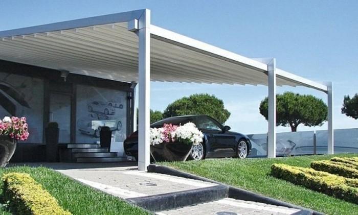 pergola-aluminium-blanche-qui-fait-usage-de-carport