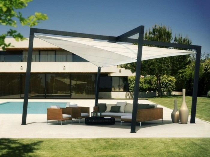 pergola-aluminium-inclinée-design-très-original-pergola-qui-abrite-un-petit-salon-en-plein-air