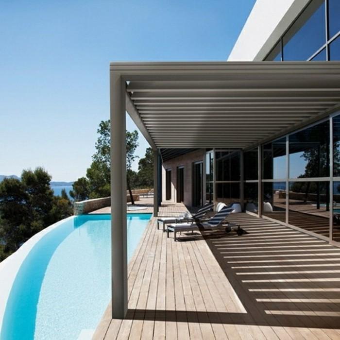 pergola-en-aluminium-qui-abrite-des-chaises-longues-piscine