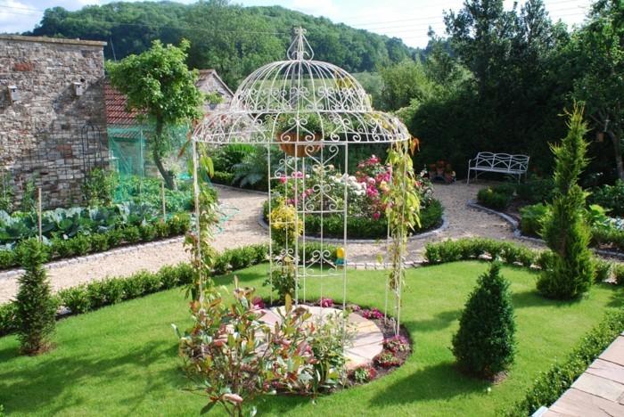 pergola-fer-forgé-installée-au-milieu-d-un-jardin-magnifique-modele-pergola-style-gloriette-pergola-très-élégante