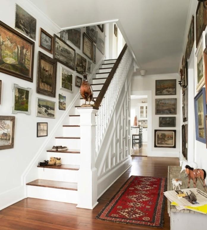 renovation-escalier-idee-deco-escalier-avec-des-tableaux-paysages-déco-abondante