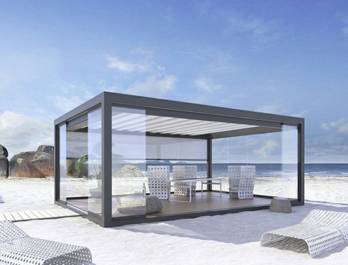 suggestion-originale-pergola-aluminium-vitrée-située-sur-une-plage-aménagement-en-blanc