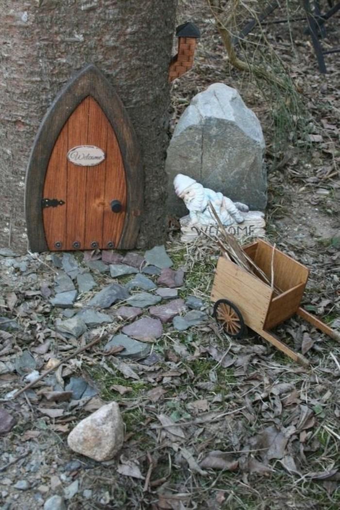 51-deco Disney dans le jardin. Une cheminee.