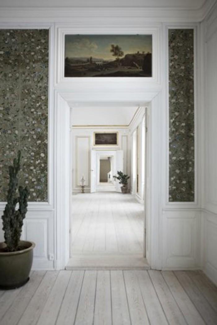 52-Papier peint couloir. Porte ouverte.