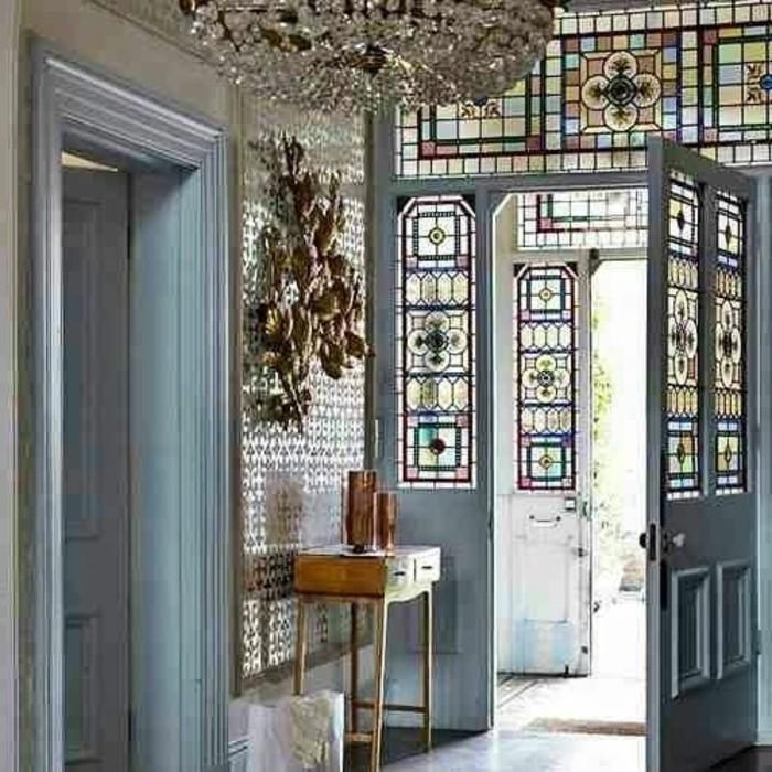 54-Papier peint couloir. Porte grise ouverte.