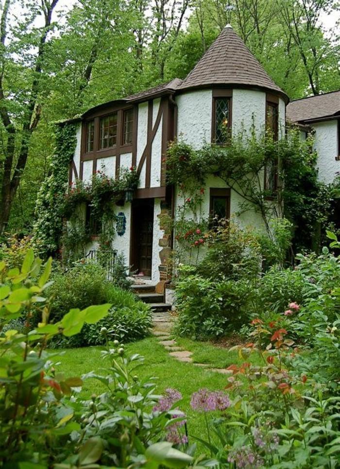 55-deco Disney dans le jardin. Une belle maison.