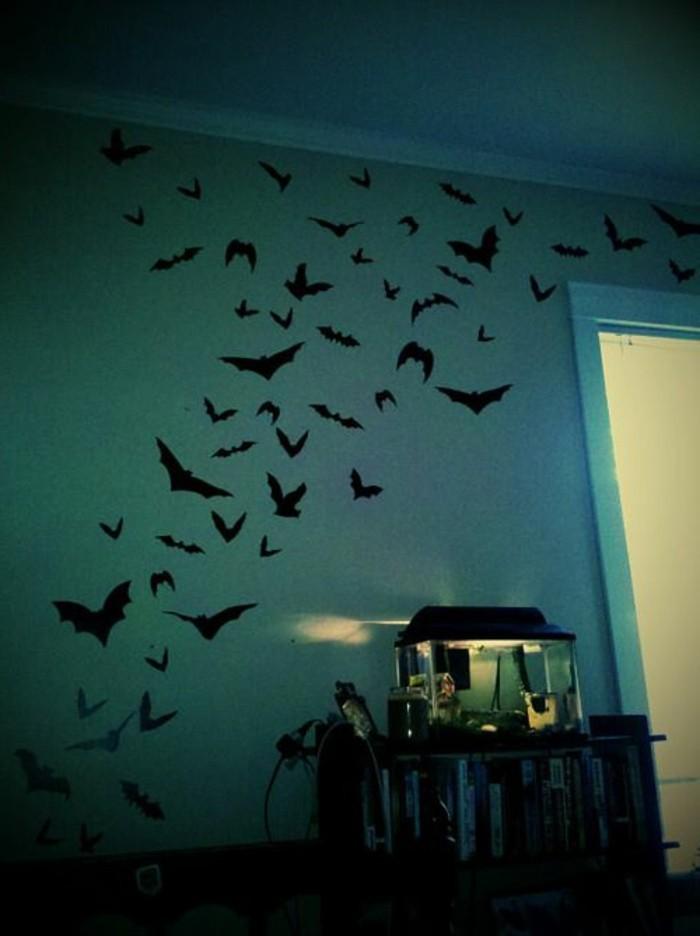 56-Papier peint couloir en bleu. Ornements avec oiseaux.