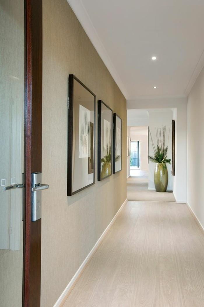 57-Papeir peint couloir en blanc. Trois tableaux.